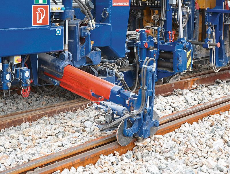 Additional lifting device for the diverging rail of the turnout