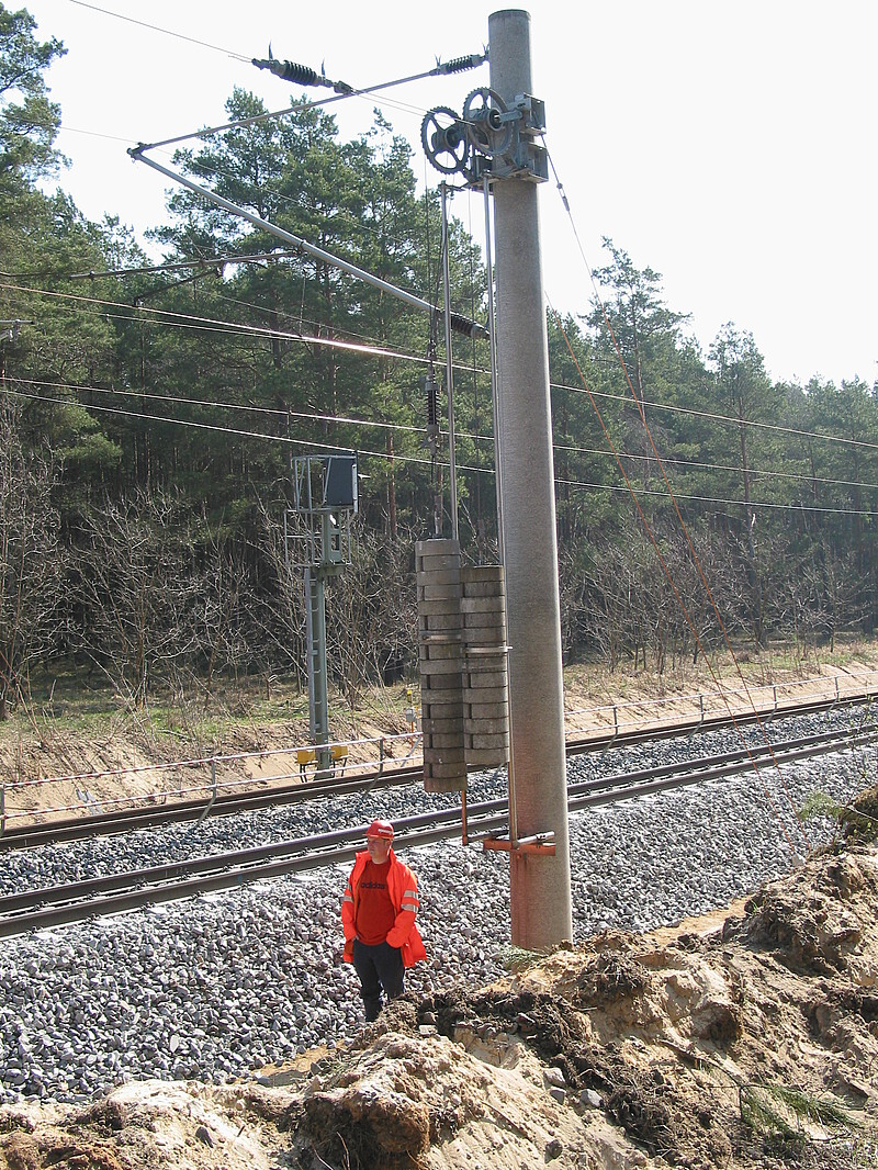 Overhead wire to tension and fix the catenary