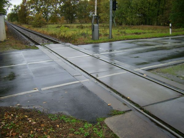 Surface of the level crossing must keep the track channel clear