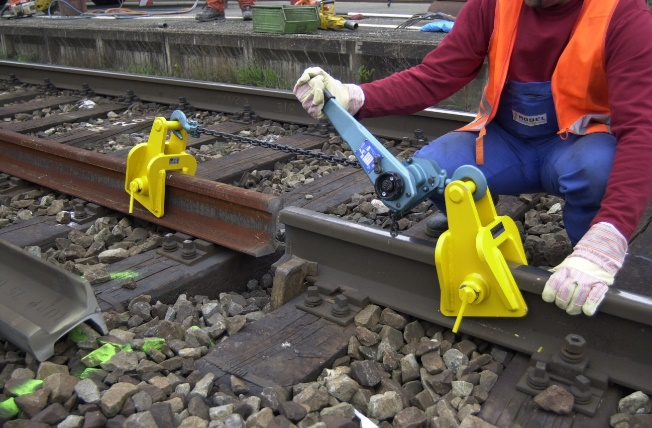 Rail pulling device with manual winder